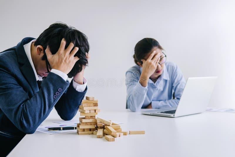 Chef und Exekutivteamgef?hlsdruck und ernstes des Ausfallungsgesch?fts, Partner, die K?pfe in den H?nden deprimiert durch Ausfall lizenzfreie stockbilder