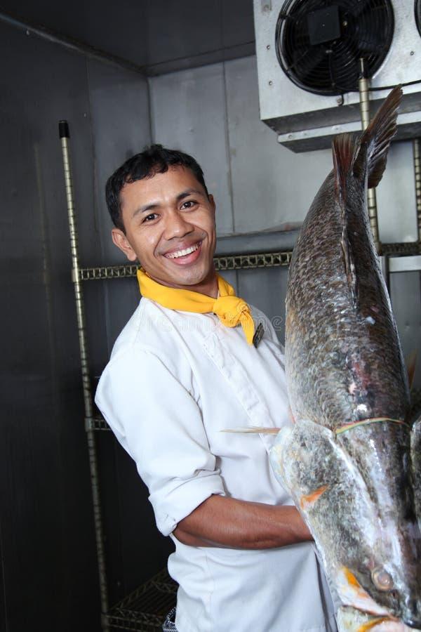 Chef und große Fische lizenzfreies stockbild