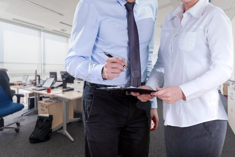 Chef unterzeichnet Papiere lizenzfreies stockbild