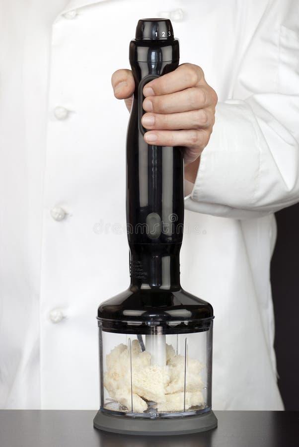 Chef utilisant la Pré-Miette de mélangeur de main photo libre de droits