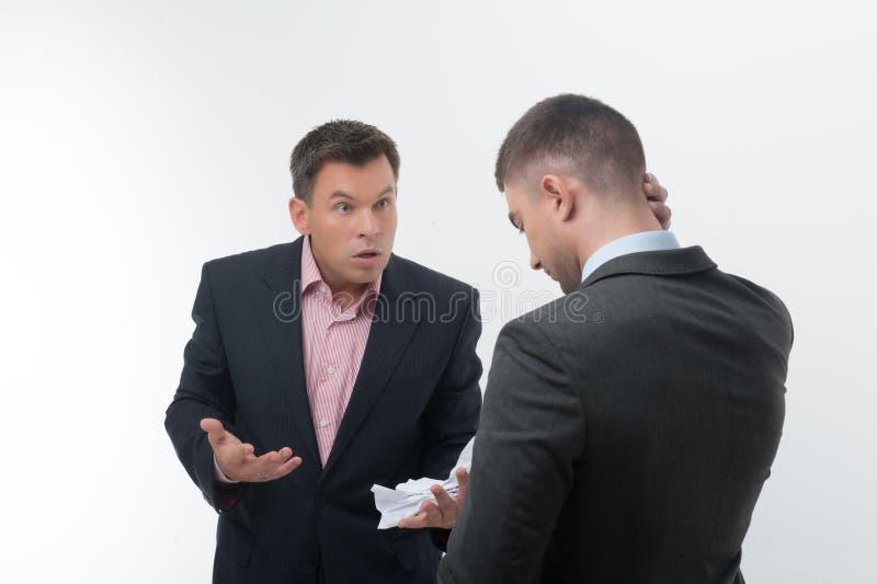 Chef verärgert mit jungem Angestelltem lizenzfreies stockbild