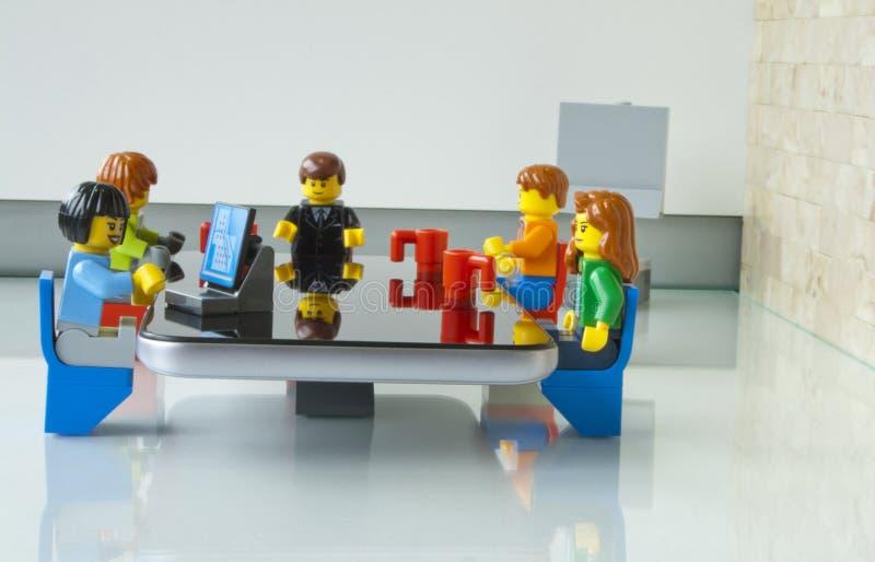 Chef- vergadering met zijn team bij het bureau in zijn bureau stock afbeeldingen