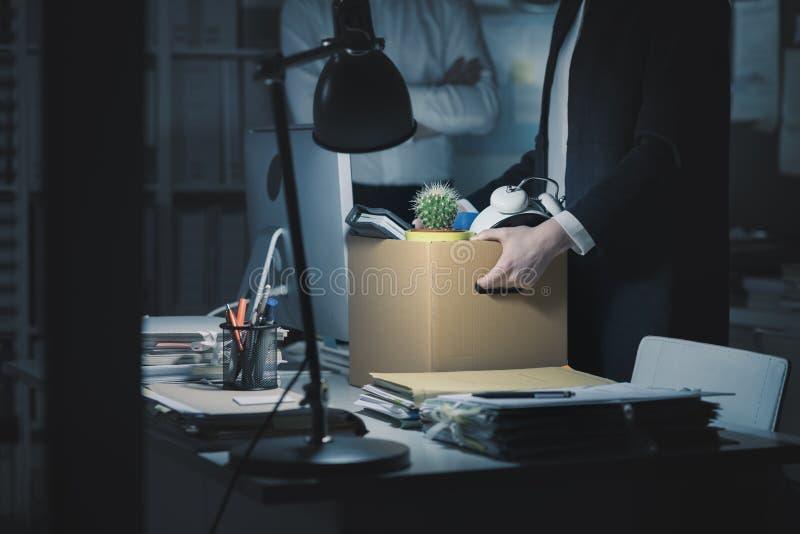 Chef- vuren een werknemer in het bureau stock fotografie