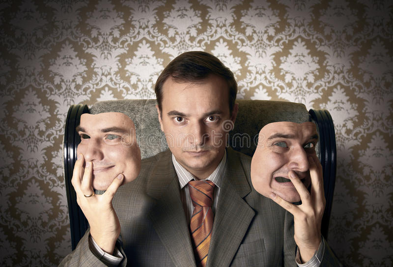 Chef- zitting op de leunstoel, holding zijn gezichtsmaskers royalty-vrije stock foto