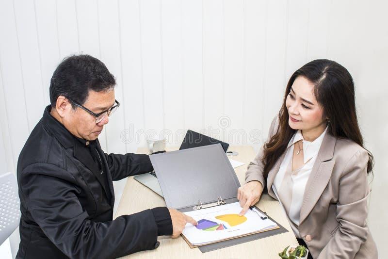 Chefaffärsman som talar med affärskvinnan på kontor royaltyfria foton
