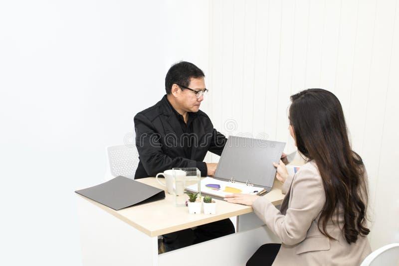 Chefaffärsman som talar med affärskvinnan på kontor royaltyfri bild