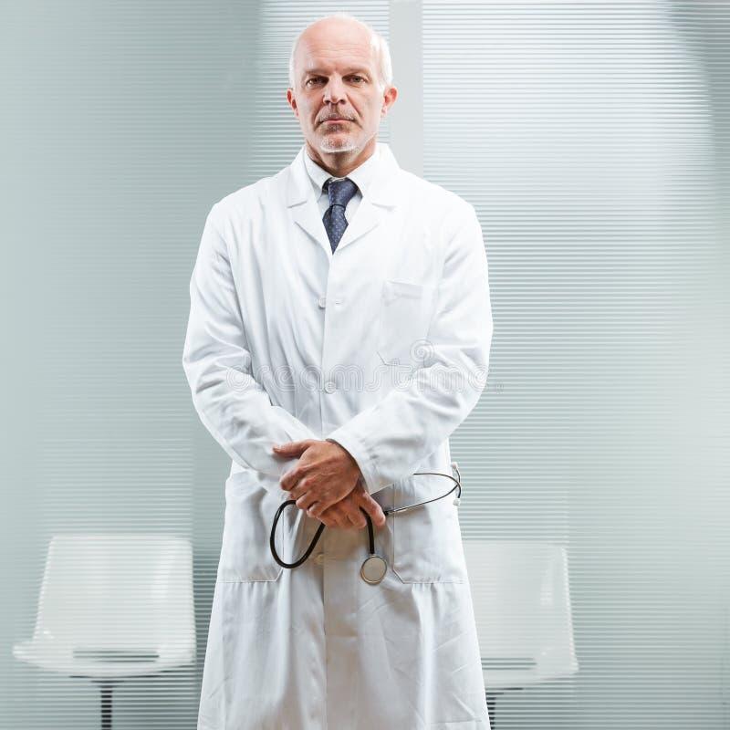 Chefarzt, der um Ihr Problem sich kümmert lizenzfreies stockfoto