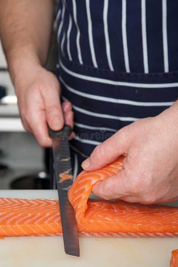 Chefausschnitt-Lachsfische auf Verkleidungen stockbild