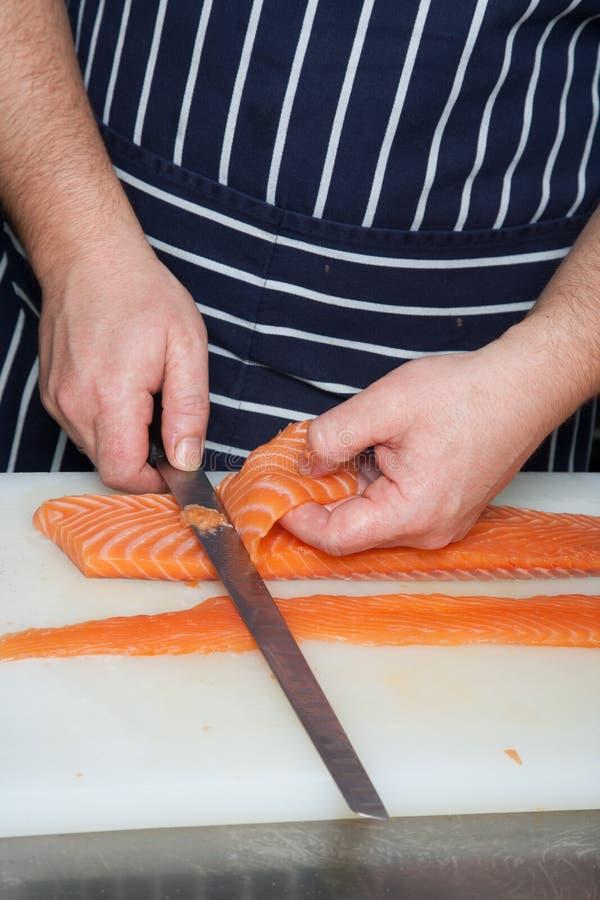 Chefausschnitt-Lachsfische auf Verkleidungen lizenzfreie stockfotografie