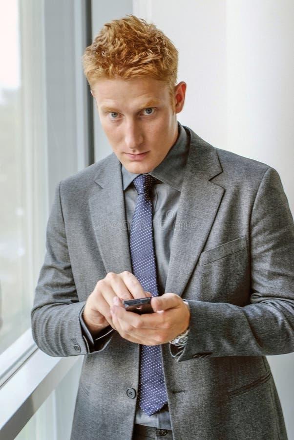 ChefBusinessman hållande smartphone i hand royaltyfri fotografi