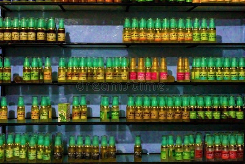 Chefchaouen, Μαρόκο, 24,04,2019 Ράφι με argan τα μπουκάλια πετρελαίου στοκ φωτογραφία με δικαίωμα ελεύθερης χρήσης