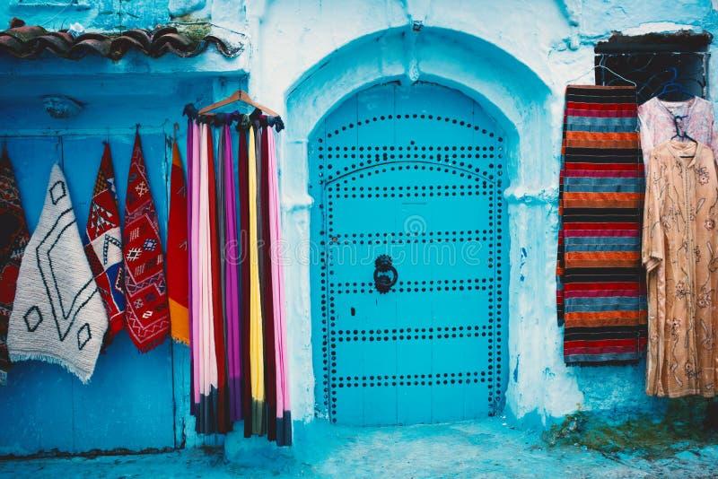 Chefchaouen - blå stad av Marocko Detalj på blåa dörrar och väggar Blå stadgata arkivfoton