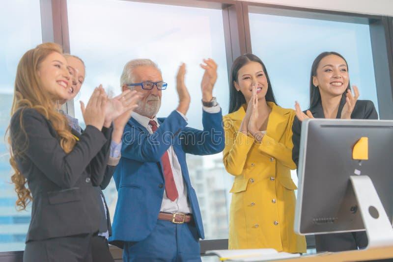 Chefe da equipe líder em projeto de sucesso com a equipe de negócios aplausos ao sucesso fotografia de stock royalty free