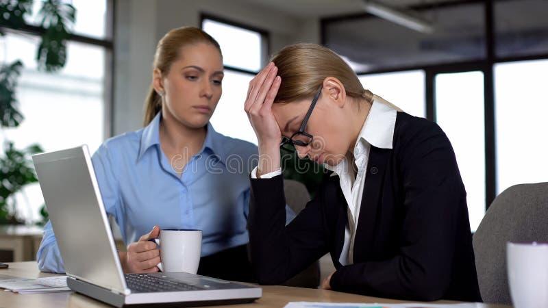 Chefe da senhora descontentado com trabalho novo inexperiente do principiante, problema de negócio fotos de stock royalty free