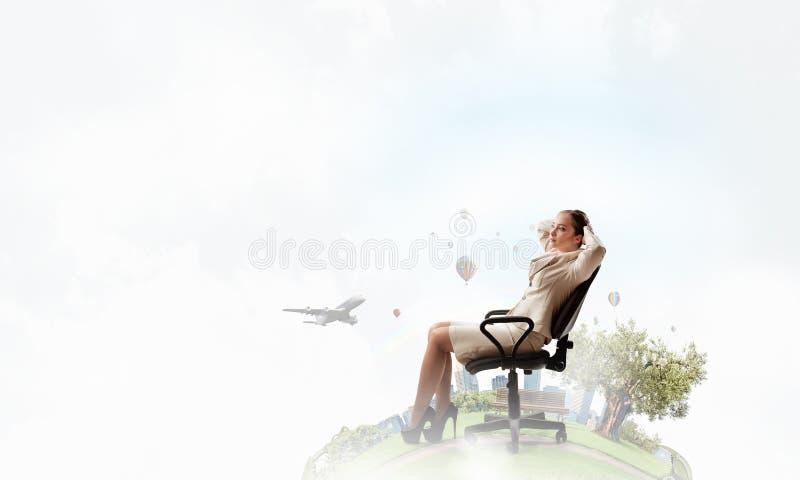 Chefe da senhora na cadeira do escritório fotografia de stock royalty free