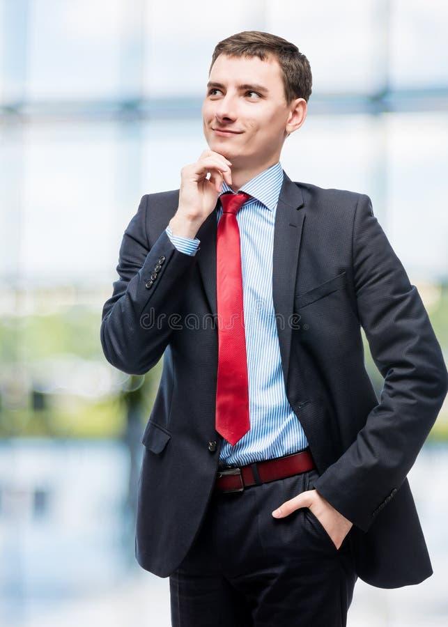 Chefe de sorriso pensativo no terno de negócio imagem de stock