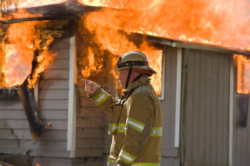 Chefe dos bombeiros no incêndio da estrutura imagem de stock