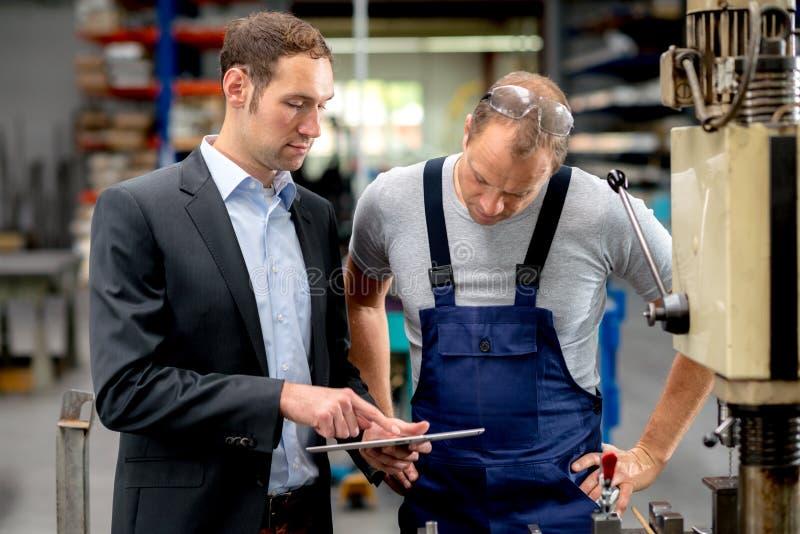 Chefe e trabalhador na conversação fotografia de stock