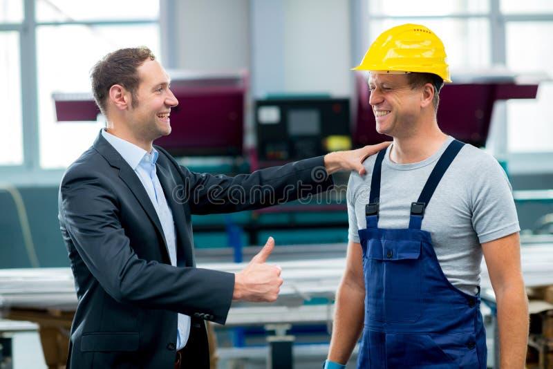 Chefe e trabalhador na conversação fotos de stock royalty free
