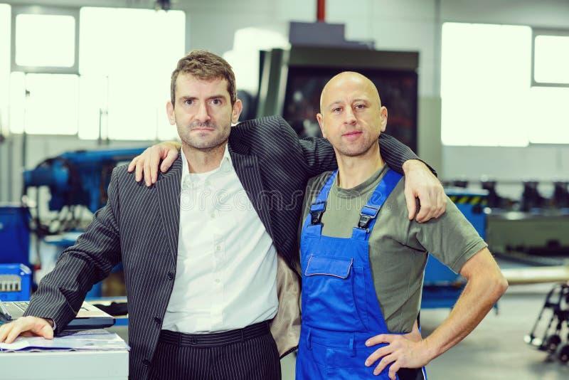 Chefe e trabalhador no aperto do banco de trabalho fotos de stock