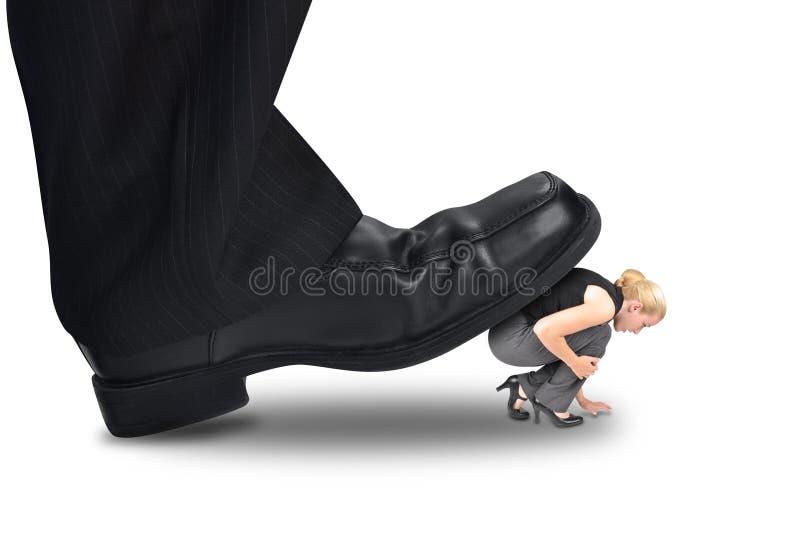 Chefe grande Stepping do poder no empregado pequeno fotografia de stock
