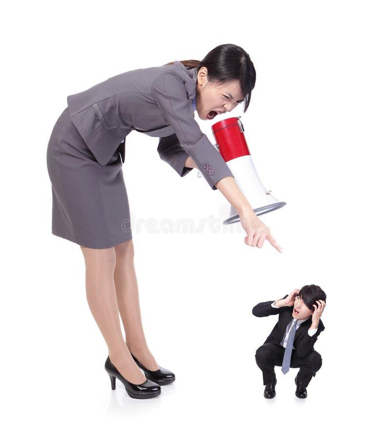 Chefe irritado com megafone que grita ao pessoal imagens de stock royalty free