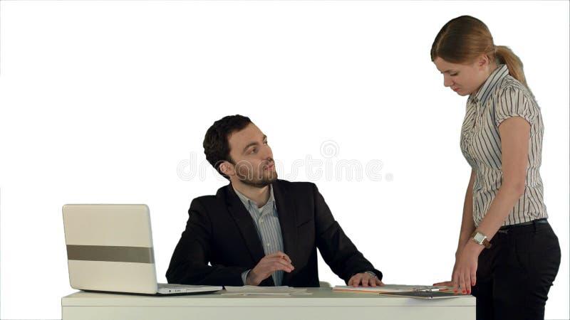 Chefe irritado com o trabalhador fêmea no escritório no fundo branco isolado imagem de stock royalty free