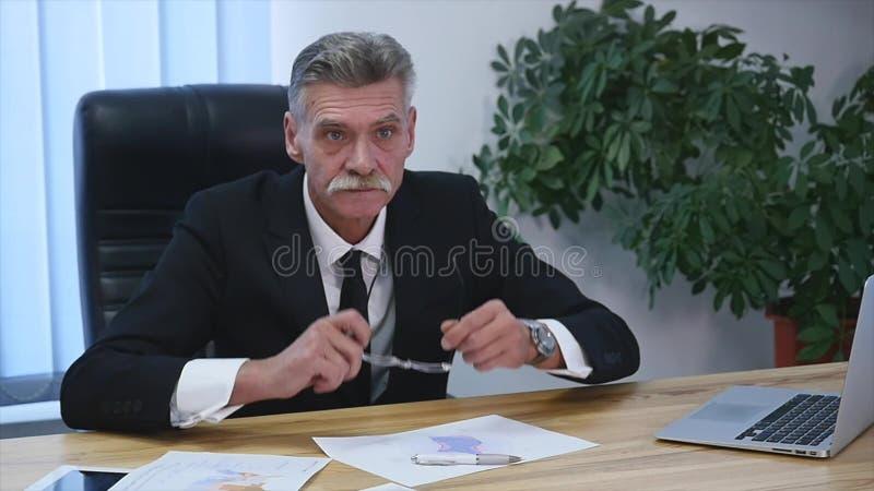 Chefe irritado com os trabalhadores fêmeas no escritório Movimento lento imagens de stock