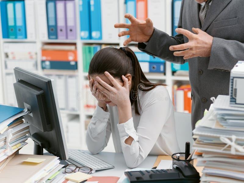 Chefe irritado que grita em seu empregado novo fotografia de stock