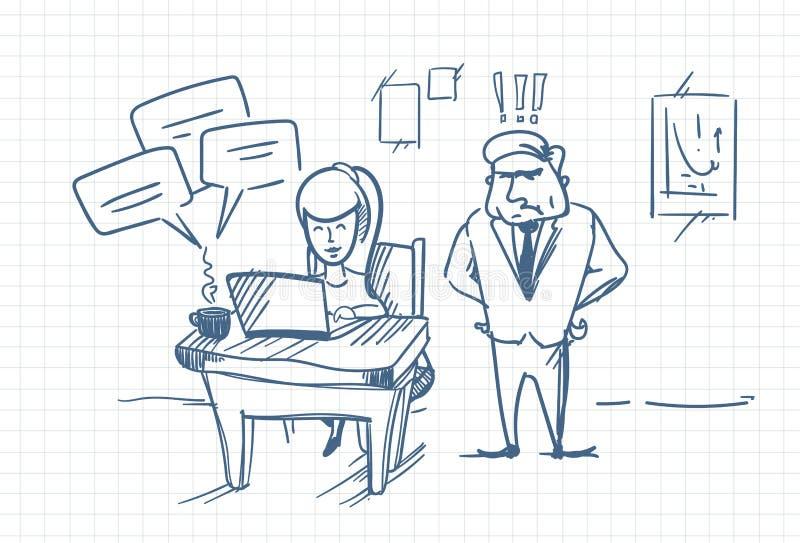 Chefe irritado Standing At Woman do homem de negócio da garatuja que conversa em linha usando o laptop no local de trabalho do es ilustração stock