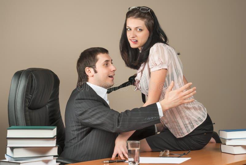 Chefe At Office de Is Seducing Her da mulher de negócios imagem de stock