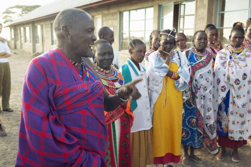 Chefe que fala com o recolhimento na vila do parque nacional de Nairobi, Nairobi, Kenya, África fotos de stock