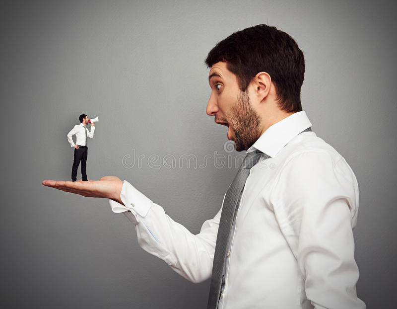 Chefe Surpreendido Com Homem Pequeno Foto de Stock