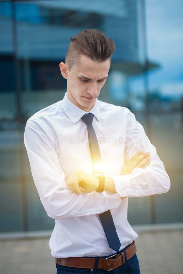 Chefen för den smarta affärsmannen som ser klockan, håller ögonen på tiden äganderätt för home tangent för affärsidé som guld- ne arkivfoton