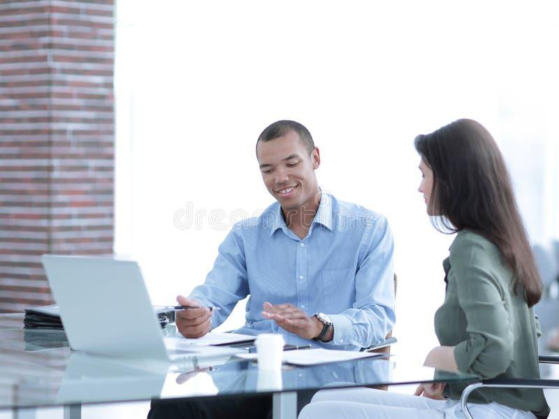 Chefen förbereder avtalet med klienten royaltyfria bilder