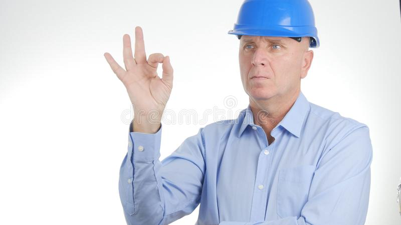 Chefen Wearing Engineer Helmet gör det bra jobbtecknet reko handgester royaltyfri foto