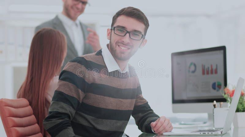 Chefer för affär för Closeupfoto som unga arbetar med ny start p royaltyfri foto