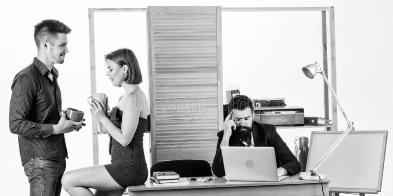 Chefer f?r kontorsfrukostbarn som talar under frukosttid Tv? coworkers som dricker te eller kaffe f?r frukost royaltyfri bild