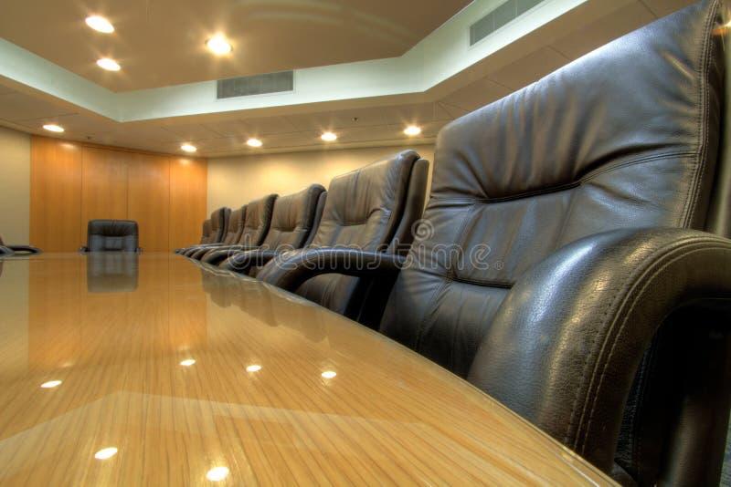 Chefetagetabelle im Konferenzsaal stockbild
