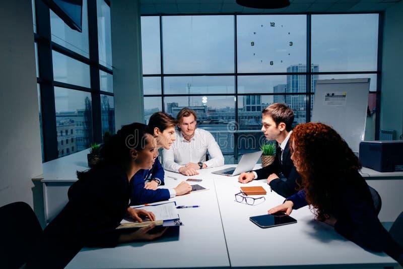 Chefführer, der im Büro trainiert Auf Berufsausbildung Geschäfts- und Ausbildungskonzept lizenzfreies stockbild