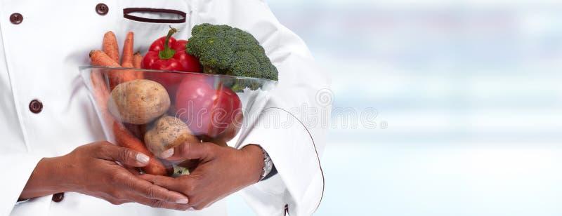 Chefhände mit Gemüse stockbild