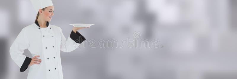 Chefhalteplatte mit unscharfem Hintergrund lizenzfreie stockbilder