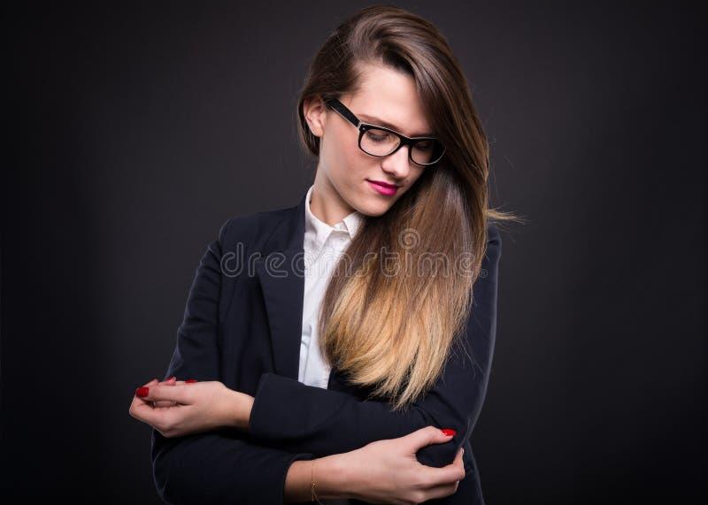 Cheflidande för den unga kvinnan från armbåge smärtar royaltyfri bild