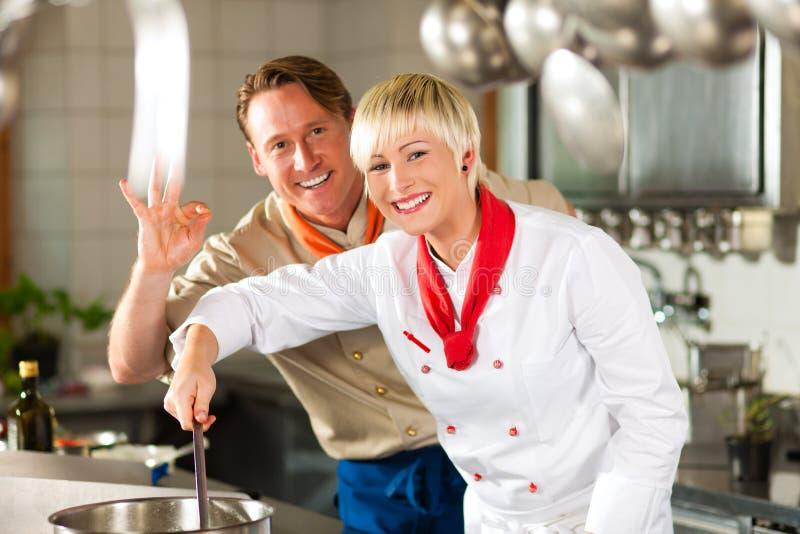 Chefs dans une cuisson de cuisine de restaurant ou d'hôtel photographie stock libre de droits