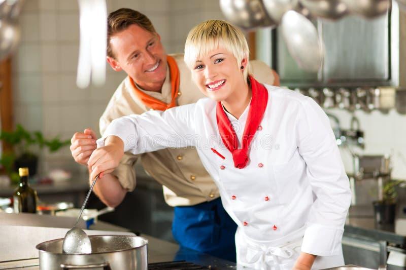 Chefs Dans Une Cuisson De Cuisine De Restaurant Ou D Hôtel Images stock
