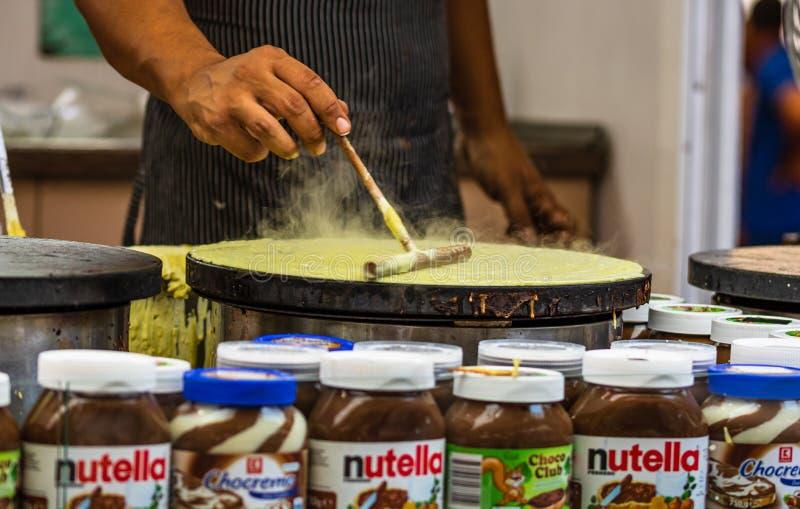 Chefs making and selling crepes, pancakes tijdens een voedselfestival in Boekarest, Roemenië - 2019 stock afbeeldingen