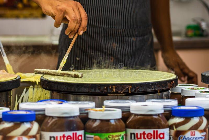 Chefs making and selling crepes, pancakes tijdens een voedselfestival in Boekarest, Roemenië - 2019 stock fotografie