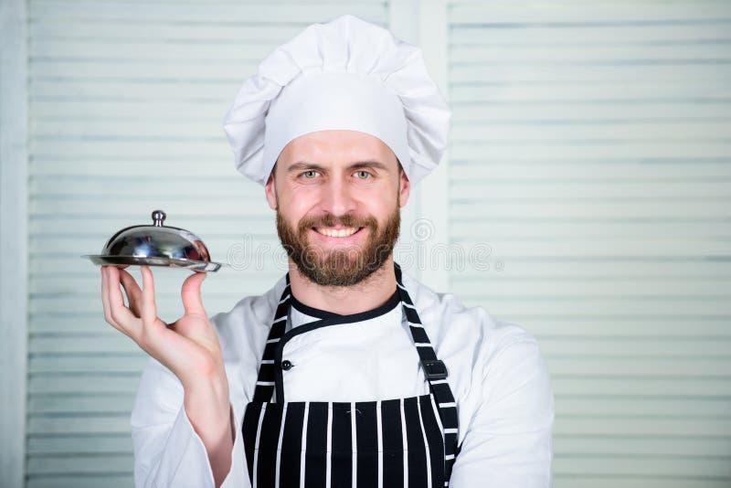 Chefteller Mannkochhut und Schutzblechgriffmahlzeit umfasst mit Deckel Köstliche Mahlzeitdarstellung Hohe Küche gekennzeichnet lizenzfreies stockbild