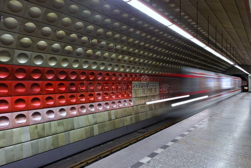 Chegada do metro fotos de stock