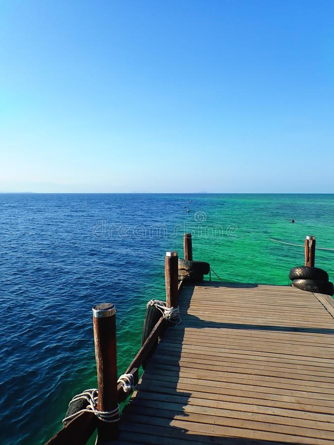 Chegada do molhe e o oceano claro bonito da água fotografia de stock royalty free